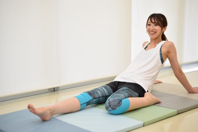 大腿四頭筋を伸ばす女性